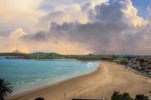 Atardecer en una playa de Cantabria un día nublado