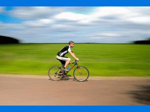 El uso de los brazos para señalizar maniobras de ciclistas